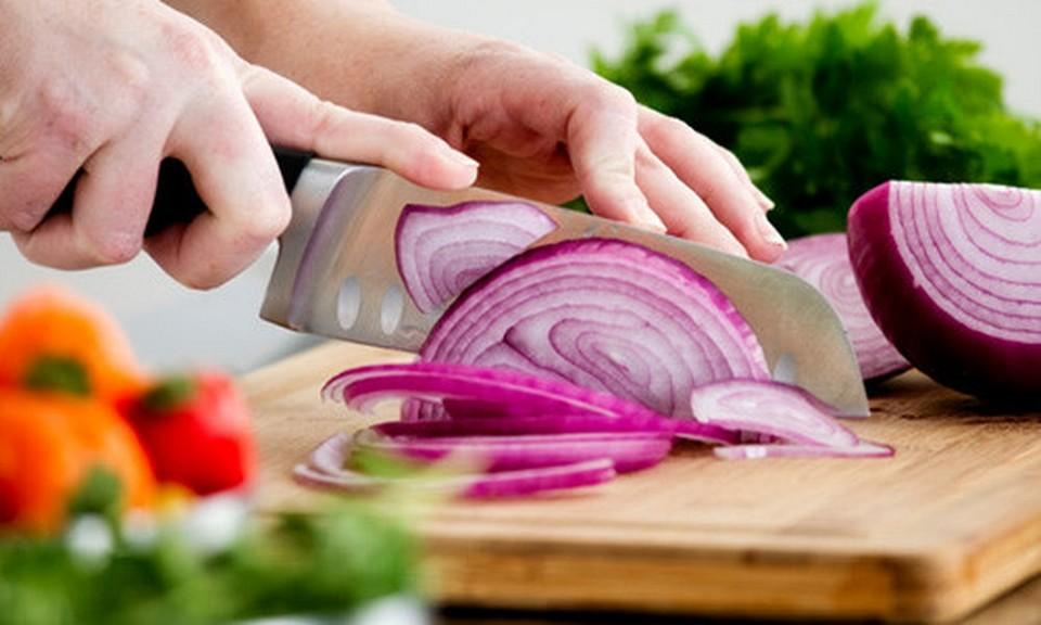 Cutting onions becomes easily more than ever