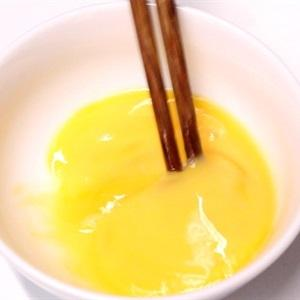 place the chicken eggs in a bowl to stir finely.