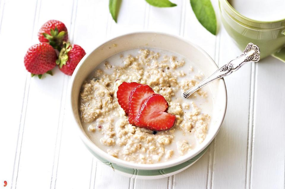 A bowl of oatmeal porridge in the morning is the ideal meal to lose weight