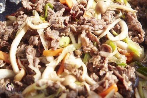 stir-fry beef with other ingredients