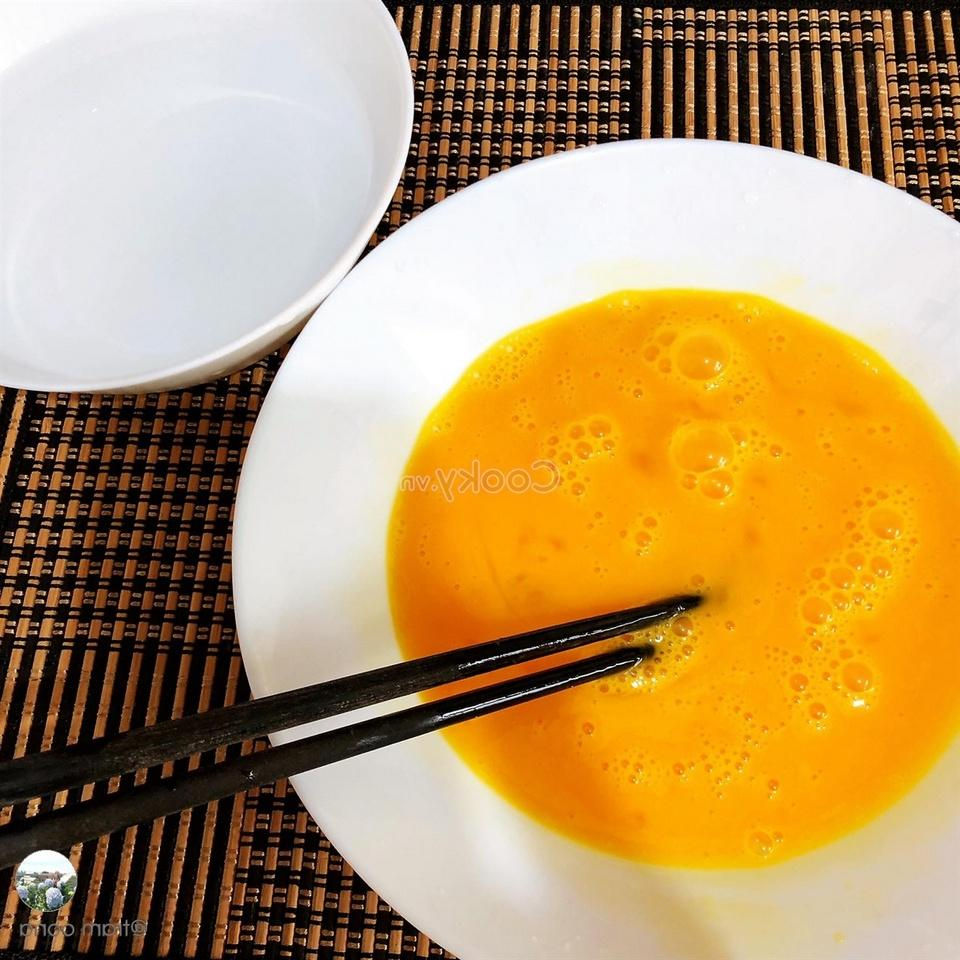 mix egg with condiment