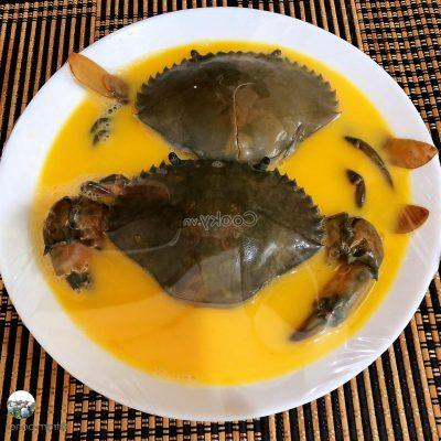 place crabs in the bowl of egg