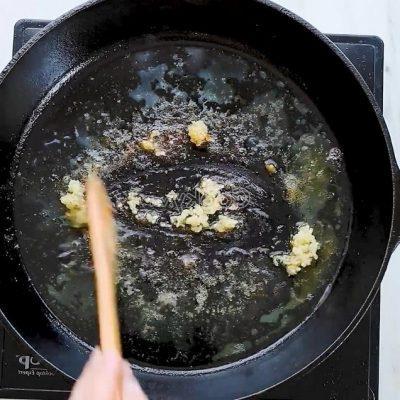 stir-fry chopped garlic