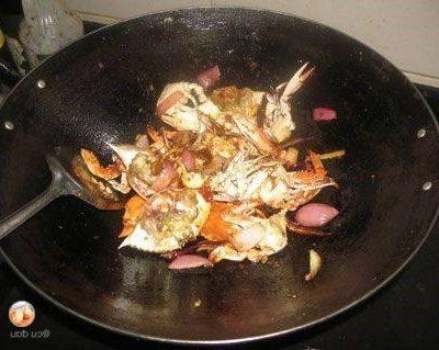 add small crabs to stir-fry