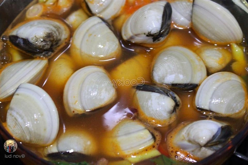 add clams into the pot