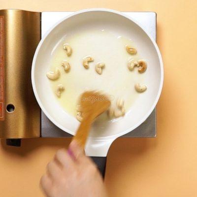 stir-fry cashew nuts