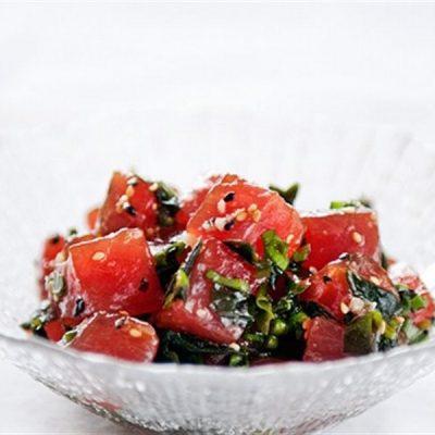 Tuna sashimi with garlic sauce